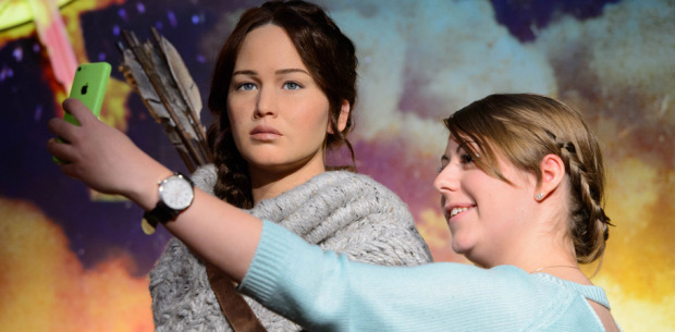 Katniss madame tussauds selfie
